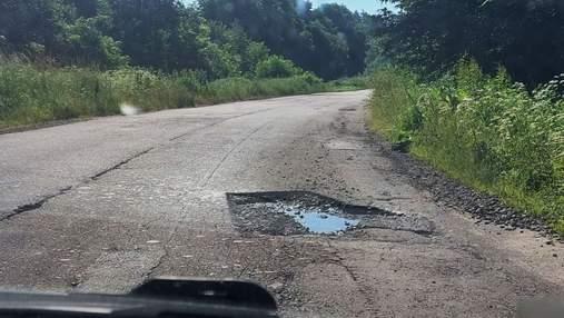 Водії їдуть зустрічкою: на Львівщині ремонтники вирізали ями на дорозі й покинули їх на місяць