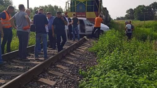 На Львовщине грузовой поезд протаранил легковушку: погибла женщина-водитель – фото