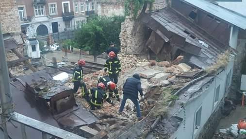 В центре Львова упала стена дома: под завалами погиб мужчина – фото и видео