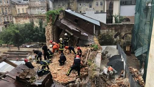 Під завалами стіни у центрі Львова загинув неповнолітній: нові деталі трагедії – фото