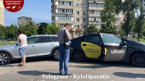 В Киеве таксист Uklon на скорости пытался проскочить на красный и вызвал серьезное ДТП