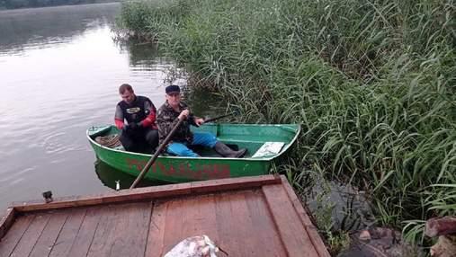 Упал с мостика в воду: на Львовщине утонул пьяный рыбак – фото