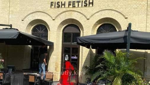 Розташований в історичній будівлі: у Києві облили фарбою двері російського ресторану