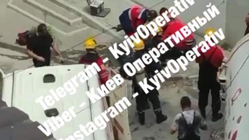 В центре Киева 3 коммунальщиков едва не погибли в канализации: видео