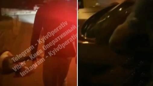 В Киеве голый мужчина напал на женщину и тащил к себе в авто: спасли очевидцы