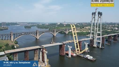 Найвищий в Україні: береги Дніпра у Запоріжжі з'єднали вантовим мостом