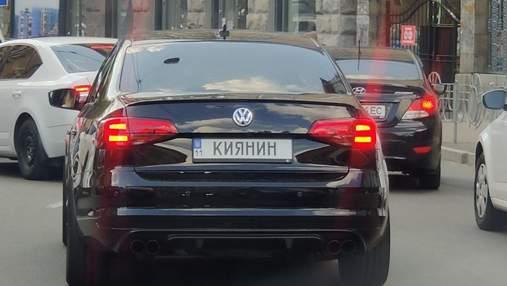 """Справжній """"киянин"""": у столиці помітили незвичний номерний знак у Volkswagen"""
