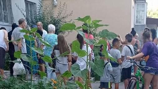 В Белой Церкви мужчина с ножом угрожал детям просто на улице: видео