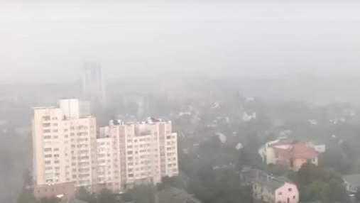 Сильний вітер та злива: Київ знову накрила негода