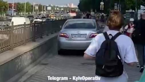 Постійно їздять пішохідною зоною: київських чиновників спіймали на нахабному порушенні ПДР