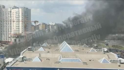 Дим видно за сотні метрів: у спальному районі Києва сталася велика пожежа – відео