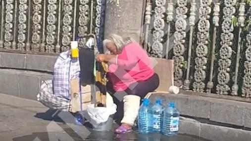 В Киеве возле центрального вокзала бездомная устроила большую стирку: видео