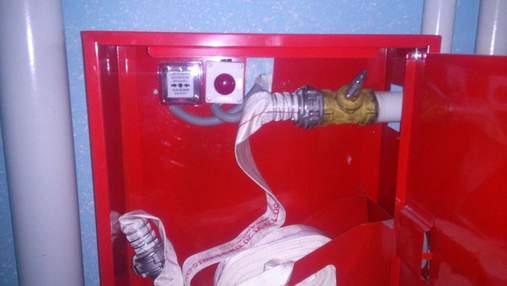 У будинку в центрі Києва невідомий вкрав пожежний гідрант та влаштував величезний потоп