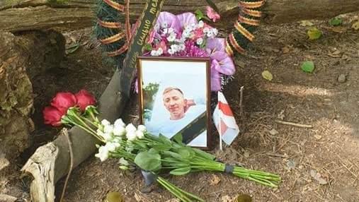 У Києві на місце вбивства Шишова приносять квіти й біло-червоні прапори Білорусі