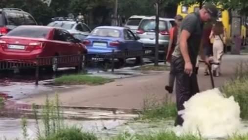 На Нивках посеред тротуару утворився гейзер: відео