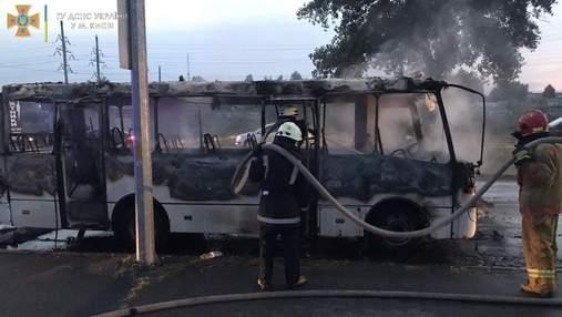 У Києві вщент згоріла маршрутка, постраждав водій: відео