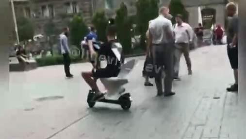С унитазом вместо сиденья: на Крещатике мужчина забавно катался на электросамокате – видео