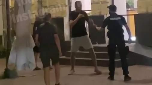 На Контрактовій площі у Києві сталася бійка за участю поліцейських: відео