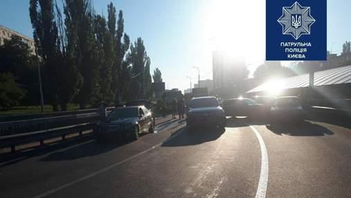 На Борщагівці у Києві зіштовхнулися 5 машин, виїзд на Кільцеву заблоковано: відео