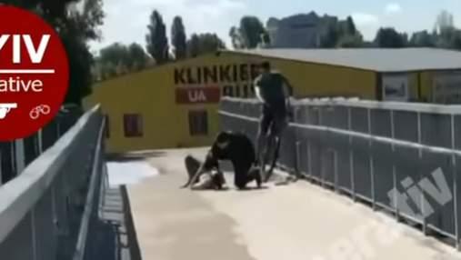 Під Києвом байкер врятував дівчину, яка хотіла накласти на себе руки: відео