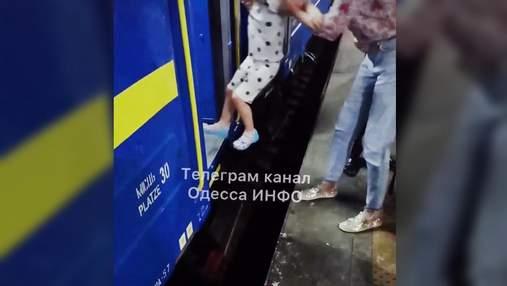 """В """"элитный"""" поезд нужно прыгать: на вокзале в Киеве """"немного не угадали"""" с платформой – видео"""