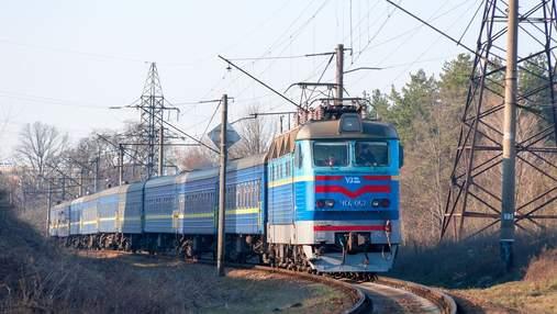 В Киеве остановили пассажирский поезд и забросали его камнями: видео