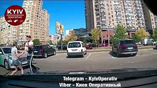 В Киеве таксист Bolt забрызгал людей перечным баллончиком: пострадал ребенок – видео
