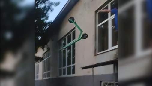 Киевлянин поиздевался над прокатным самокатом: хотел снять видео