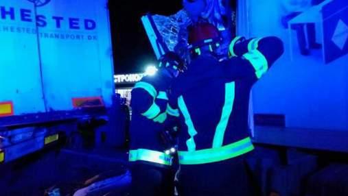 На Київщині зіткнулись 2 вантажівки: загиблого водія діставали спецзасобами