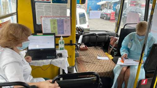 """У Києві почали вакцинацію у """"мобільних центрах"""": це звичайні брудні маршрутки"""