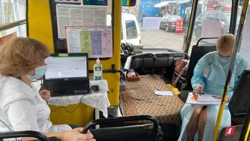 """В Киеве начали вакцинацию в """"мобильных центрах"""": это обычные грязные маршрутки"""