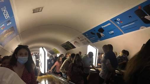 У Києві закрили на вхід дві станції метро: відео натовпу людей