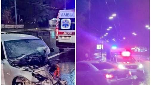 Оставил девушку умирать: в Киеве водитель BMW влетел в столб и скрылся с места ДТП