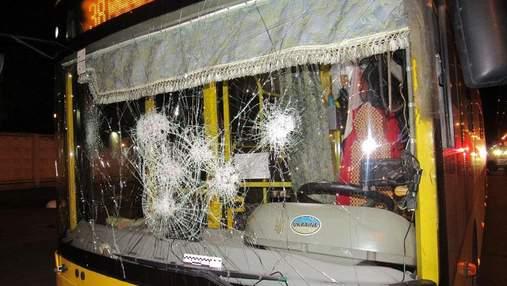 В Киеве пьяные молодые люди забросали камнями троллейбус