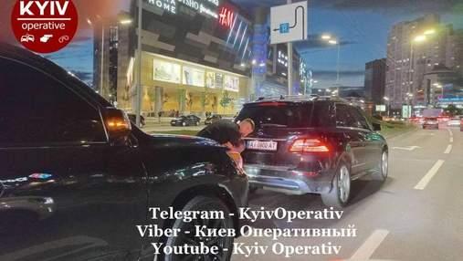 Постоянно нарушал правила: в Киеве водитель элитного Lexus влетел в Mercedes – видео