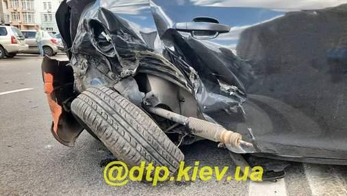 У Києві п'яний водій протаранив кілька авто й пішов у кафе: є потерпілі – фото з місця аварії