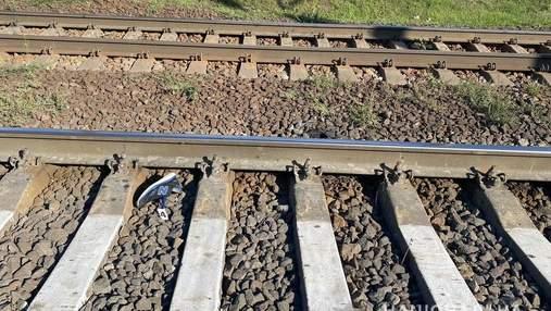 Під Києвом поїзд на смерть збив підлітка, який переходив залізницю в навушниках: моторошні фото