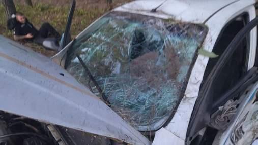 Водитель Mercedes заснул за рулем и влетел в авто патрульных под Киевом