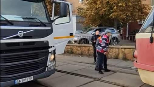 В Киеве на Подоле подрались водители трамвая и мусоровоза: эпическое видео