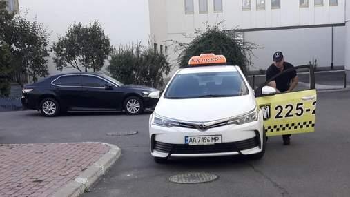 Полицейские задержали таксиста, который избил пожилых иностранок в Киеве