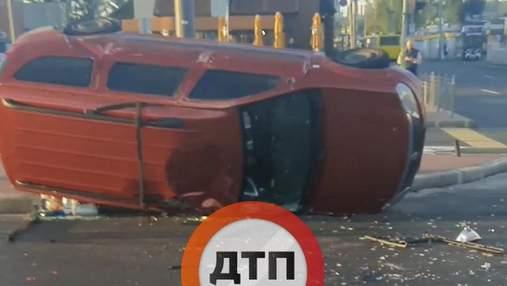 В Киеве водитель ВАЗ вызвал масштабное ДТП с опрокидыванием, есть пострадавшие: жуткое видео