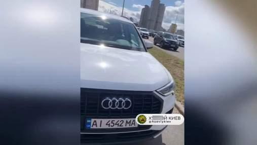 На Позняках в Киеве пилот самоката наказал наглого водителя, который ехал по тротуару