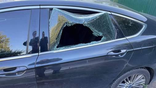 На Київщині невідомі потрощили автівку представника Денисової на Донбасі: моторошні фото