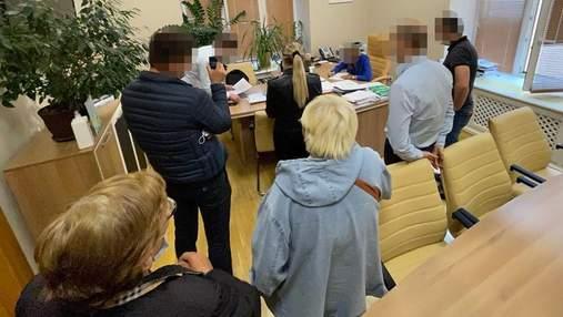 ГБР обыскивает несколько департаментов КГГА из-за незаконной передачи земли в центре Киева
