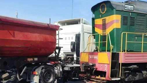 На Київщині вантажівка влетіла у локомотив на залізничному переїзді