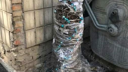 Ще один здався: на Теремках у Києві викинули на смітник новорічну ялинку