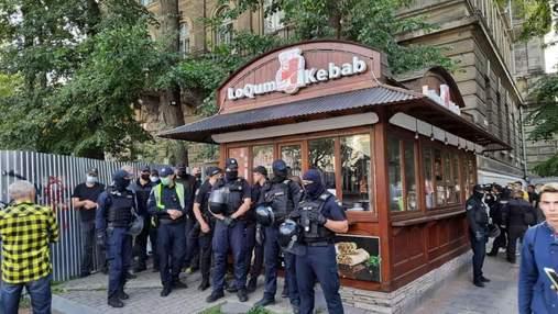 В центре Львова во время демонтажа МАФа с шаурмой директор рынка подрался с муниципалом