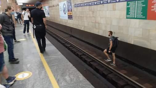 Бігав рейками: через п'яного хулігана призупиняли київське метро