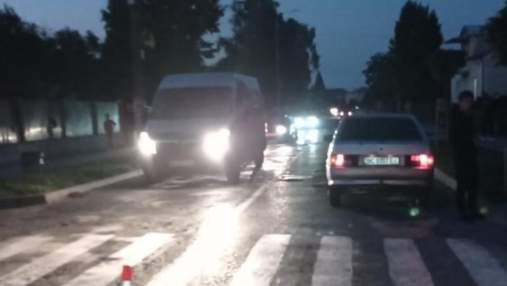 """На Львовщине """"ВАЗ"""" сбил 9-летнюю девочку на переходе: ребенок попал в больницу"""