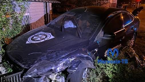 Ледь не влетіла в будинок: у центрі Києва легковик зіткнувся з таксі Bolt